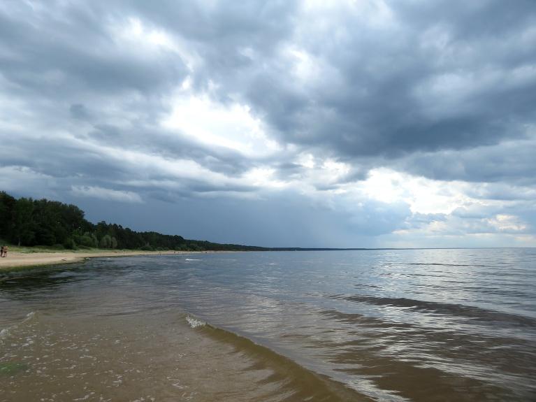 Pusčetros pamalē uz Rīgas pusi jau noformējies nopietns lietusmākonis, dzirdama ducināšana un skatāmas zibens izlādes.