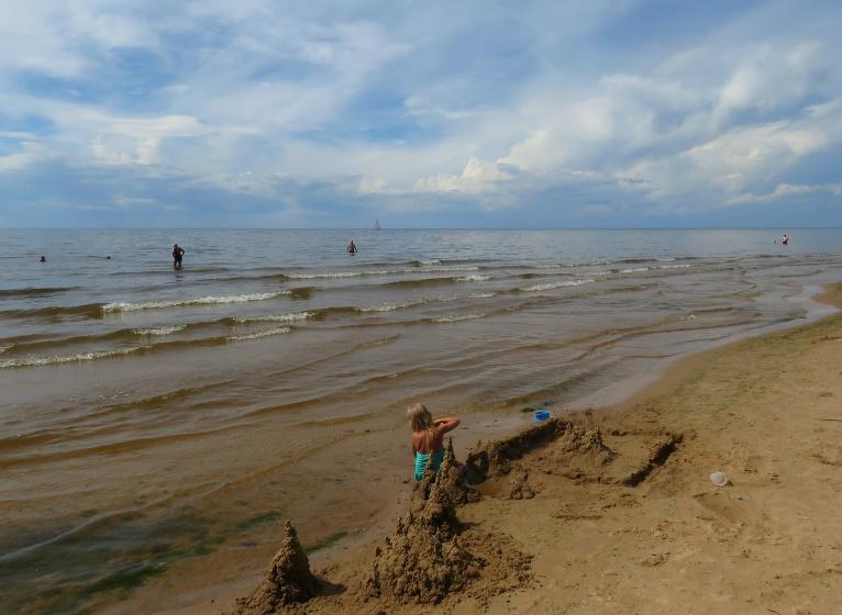 4. augusts, Vidzemes jūrmalas  pludmalē ūdens ļoti silts, viena vienīga bauda peldēties.Ap diviem dienā sākas intensīva mākoņu veidošanās.