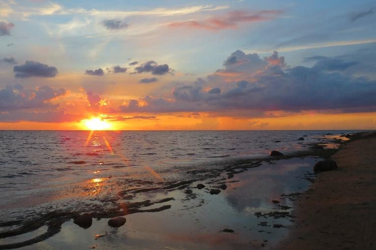 Neilgi pēc deviņiem debesīs paveras neliela spraudziņa, lai varētu noskatīties jauku saulrietu.