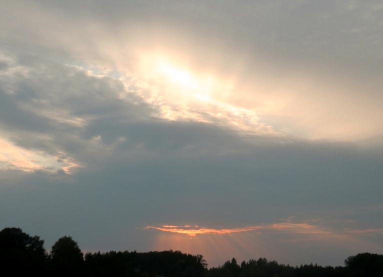 8. septembra vakars, gar pamali nostaigā mākoņi, lietus joprojām nav manīts.