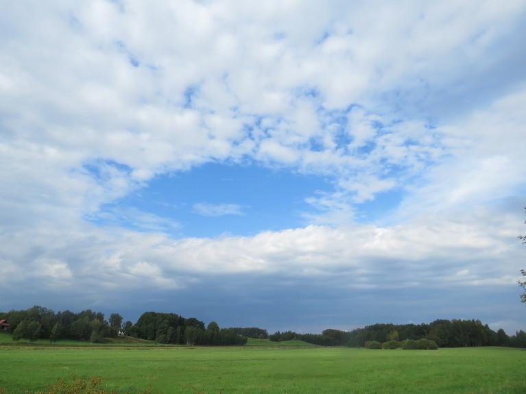5. septembra debesu zilā acs