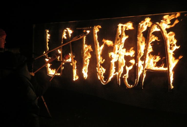 Vakarā vējš pastiprinās, dzēšot nost aizdegtās sveču liesmiņas.