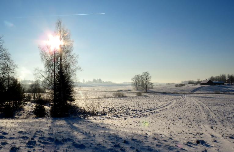 Līdz dienvidum spilgta saule un zilas debesis.