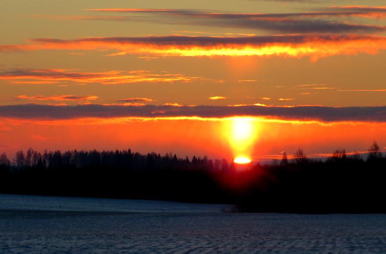Aust saule, šādi pie manis izskatījās Laumas aprakstītais resnais gaismas stabs.