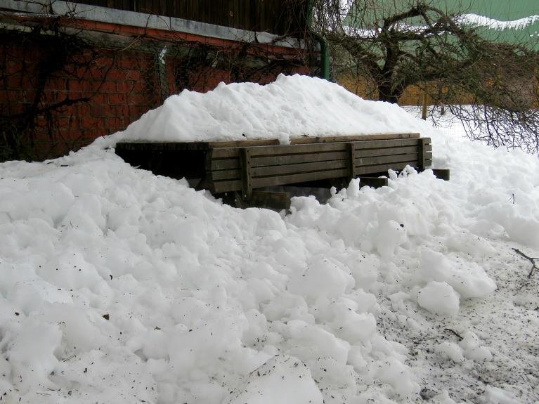 Sniegs no jumtiem blīkšķēdams gāžas lejup.