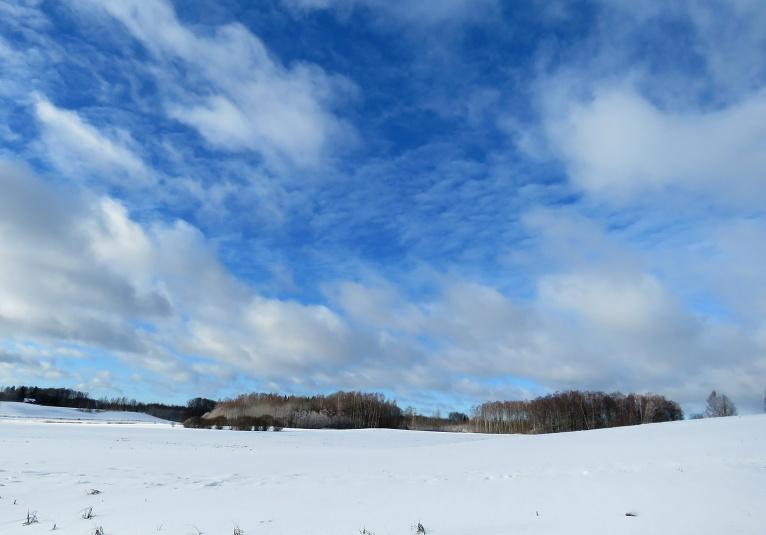 Parādās zilas debesis.