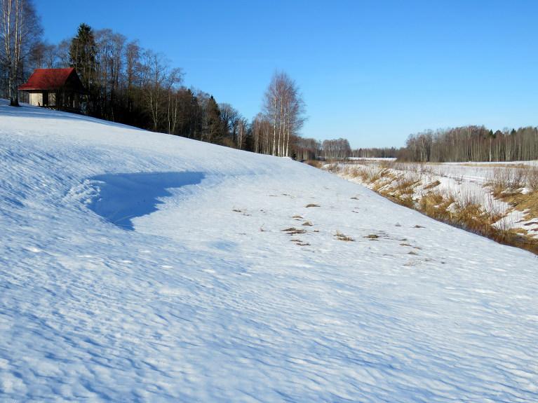 Ielejas pusē, ko tik ļoti neapspīd saule, sniega vēl daudz.
