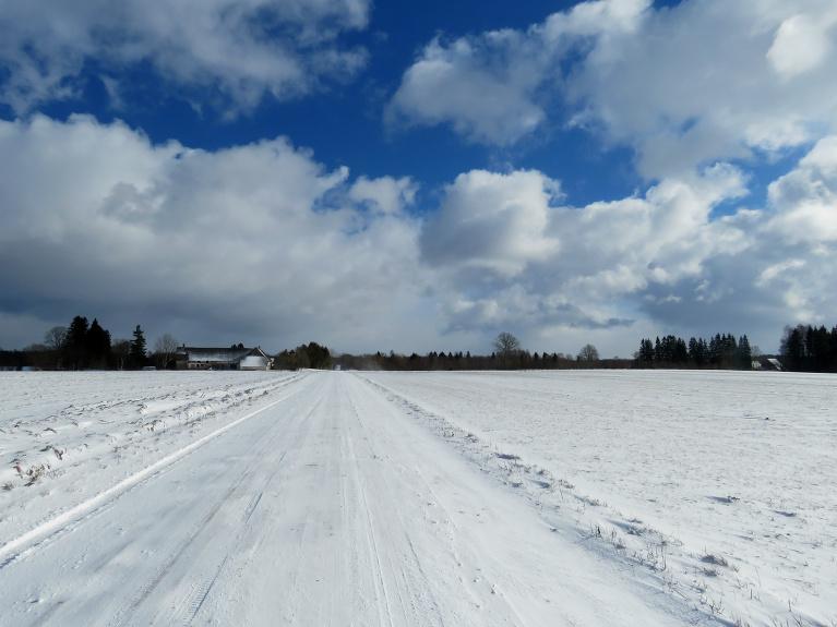 Saule mijas ar mākoņiem, pie vakara sniega segas biezums ap 4 cm