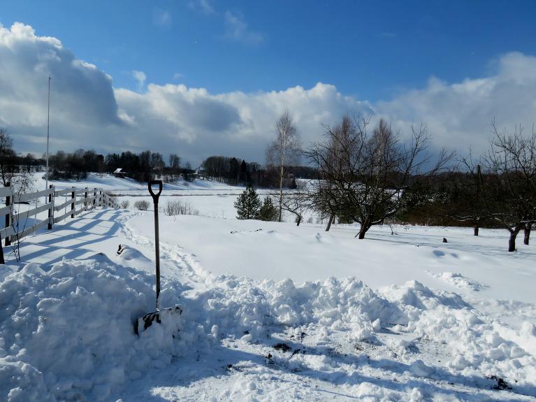 Pēcpusdienā sniega biezums vidēji 12 cm, labi, ka sniega lāpsta vēl nebija nolikta vasaras atpūtā.
