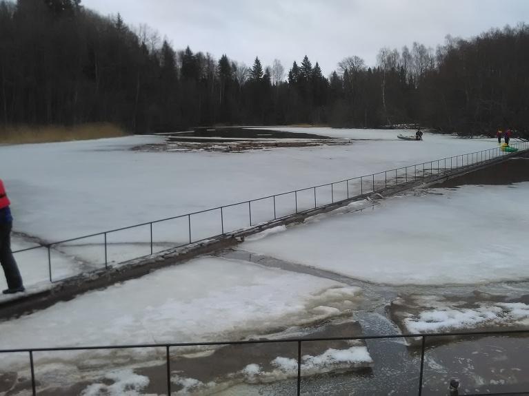 Ūdenskrātuve gar krastiem vēl aizsalusi.
