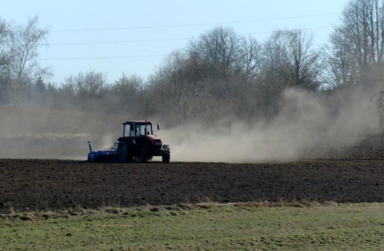 Zemniekiem sākušies pavasara sējas darbi.