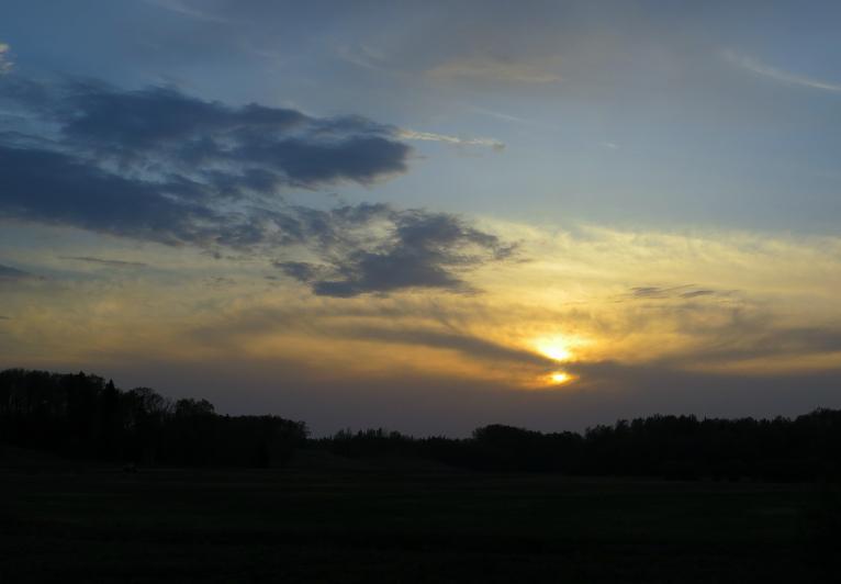 Saule iegrimst mākoņos, seko silta nakts.