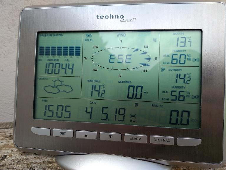 Galvenā stacijas galva (monitors), kurā nonāk visi dati no sensoriem par nokrišiem, vēju, temperatūru, atmosfēras spiedienu, mitrumu, sajūtu temperatūru un rasas punktu.