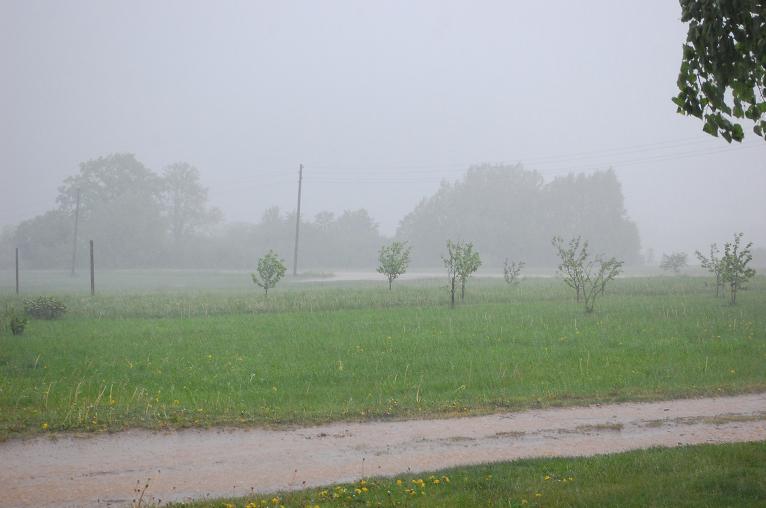 Ceļš tagad ir upe. Lietus kopā lijis aptuveni 1h 40 min. Temperatūra nokritusi uz 16 grādiem.