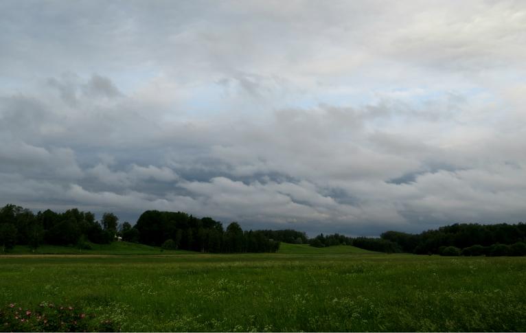9. jūnija rīts, pamalē drūzmējas mākoņi, kas kaut kur netālu ir padzirdījuši zemīti.