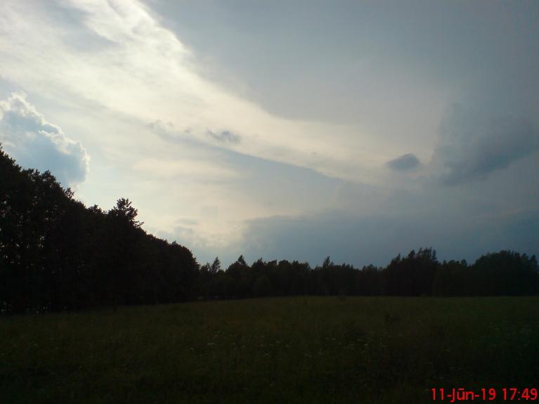 Robeža starp skaidrām debesīm kreisā pusē, un negaisa laktu virs galvas, un pa labi.