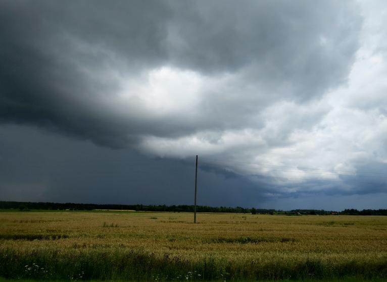 Ik pa laikam debess satumst un nogāž lietus šalts.