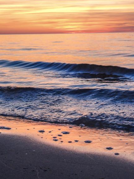 Vasaras noslēgums kā saulriets virs jūras (Augusts)