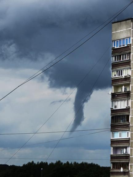 Jūlijs. Krietni vēsāks un lietainaks. Bildē negaiss un virpulis Rīgā, Pārdaugavā.
