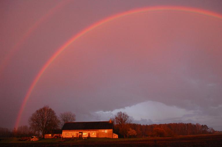 3. maija vakara skaistums - saulrieta lietus ar dubulto varavīksni.