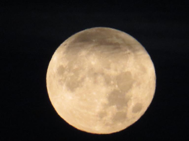2. oktobra pilnmēness, vēl pirms saullēkta.