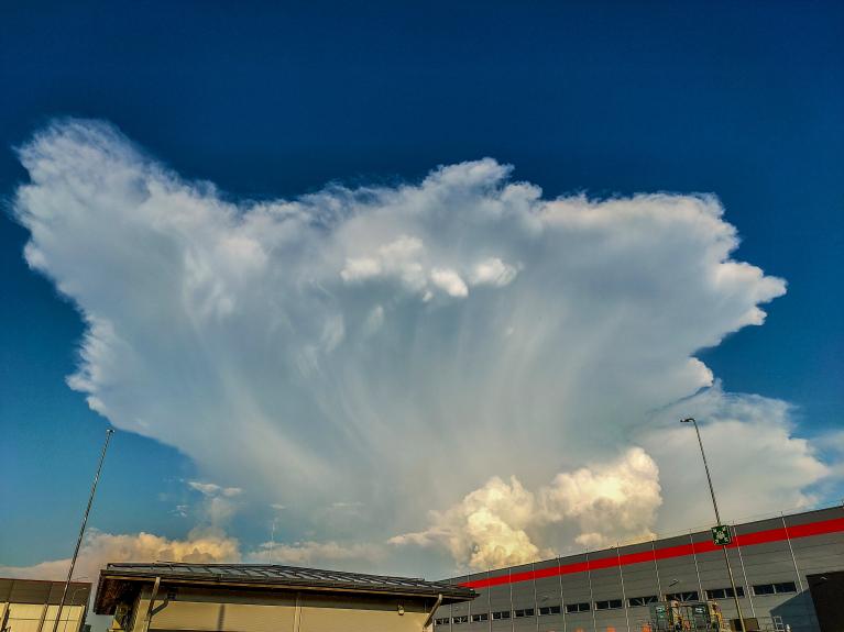 Tas pats negaisa mākonis, tikai nofilmēts tuvumā.