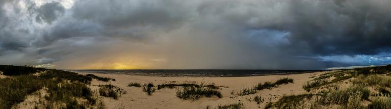 Septembra līča efekts un lietusgāze virs jūras.
