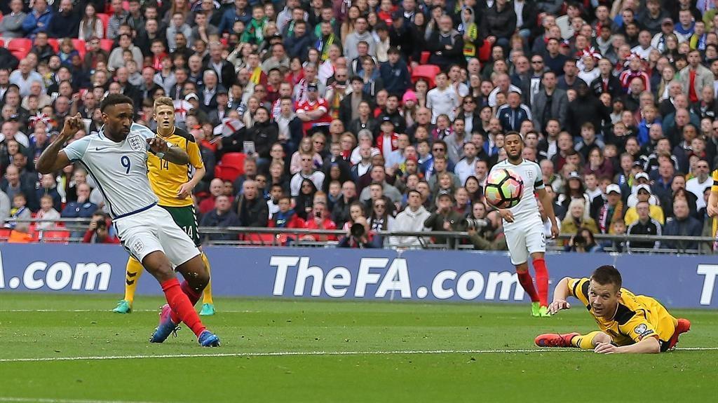 Defoe plays like he´s 25 - Lallana lauds legend after England goal return