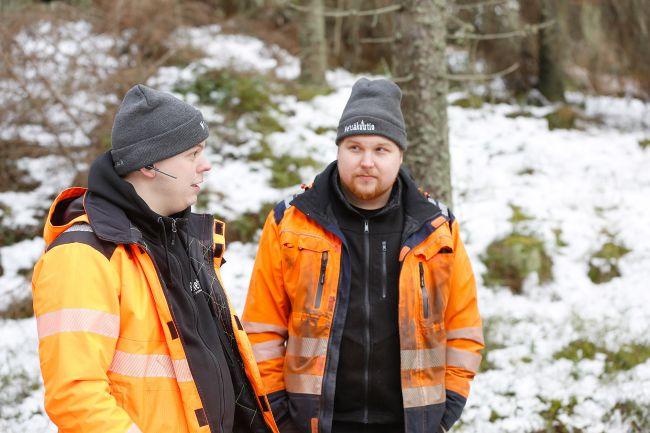 Metsäkuutio Oy:n toimitusjohtaja Antti Toljander ja hakkuukoneen kuljettaja Roni Sutinen