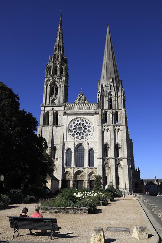 © Gilles Codina - CMN - Cathédrale de Chartres, façade occidentale et parvis