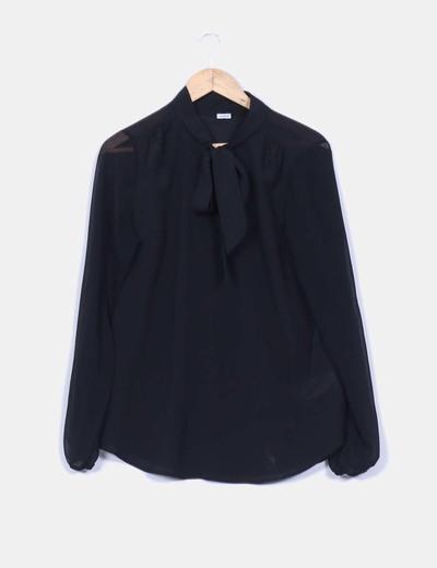 Blusa negra fluida con lazo Pimkie