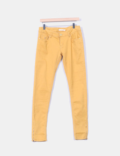 Pantalon pitillo color mostaza