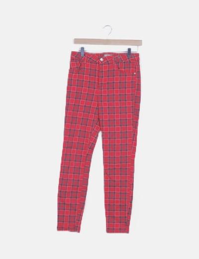 Pantalón rojo de cuadros pitillo