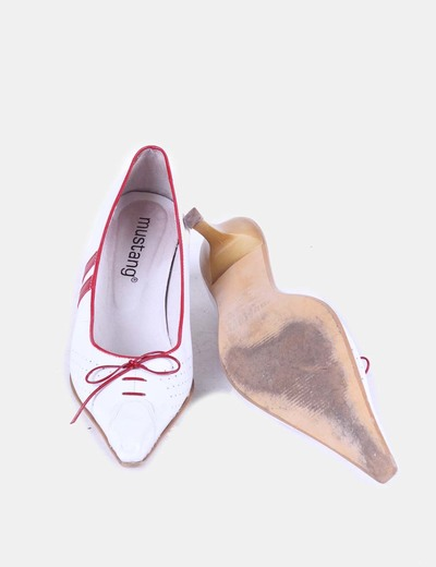 Zapato blanco de punta con lazo