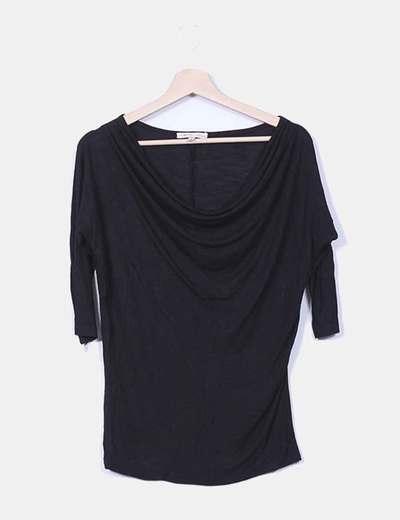 Camiseta negra escote capa Bershka