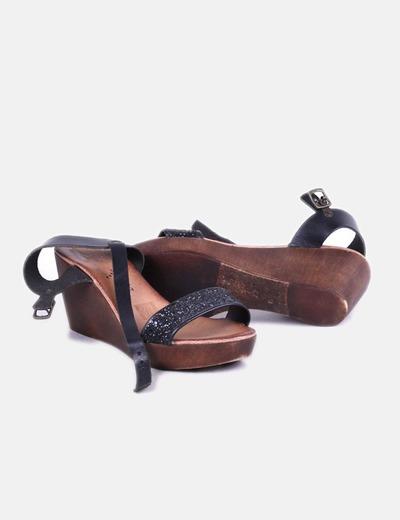 Sandalias negras con cuna