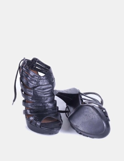 Sandalia negra con tiras