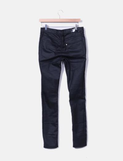 Pantalon pitillo negro encerado