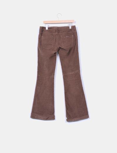 Pantalon marron de pana con dobladillo
