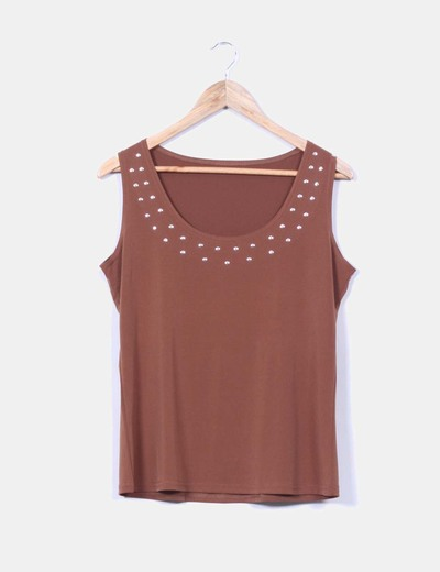 Top marron con tachas