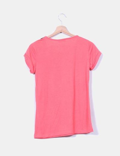 Camiseta coral con solapas negras