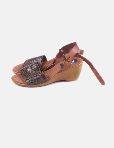Sandalia marrón trenzada