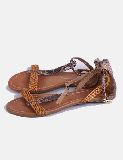 Sandalia plana combinada marrón