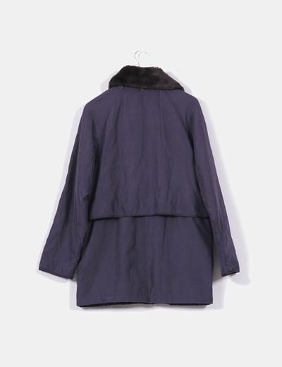 Abrigo azul marino con cuello negro
