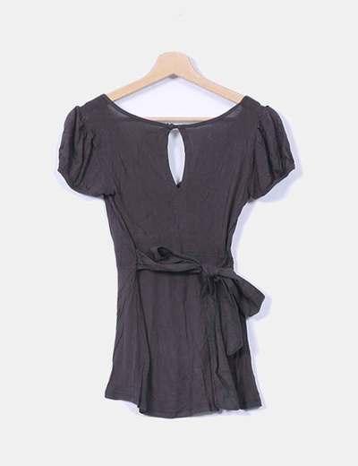 Camiseta marron oscuro escote pico con lazo