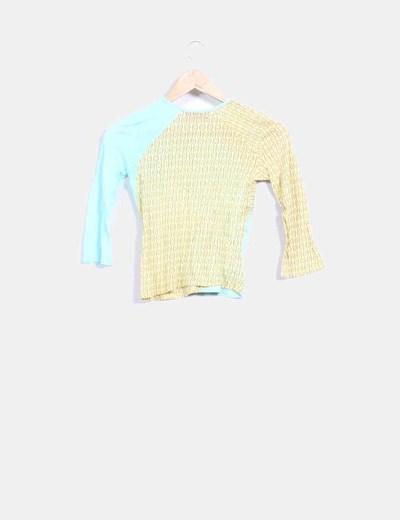 Camiseta azul y beige detalle corchetes