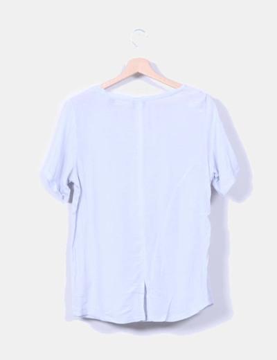Camiseta azul claro combinada