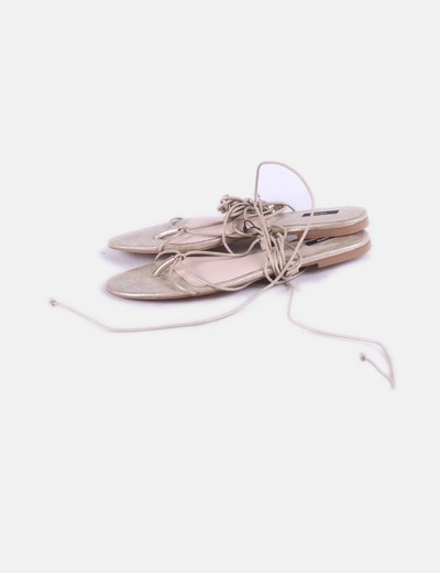 Sandalia dorada lace up Mango