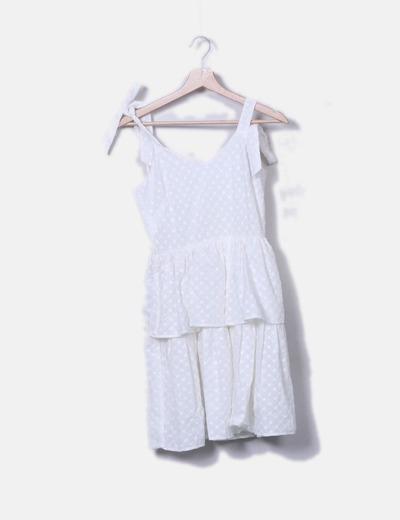 Vestido blanco bordado con volantes