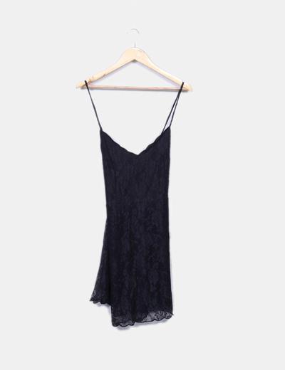 Vestido negro de encaje tirante fino